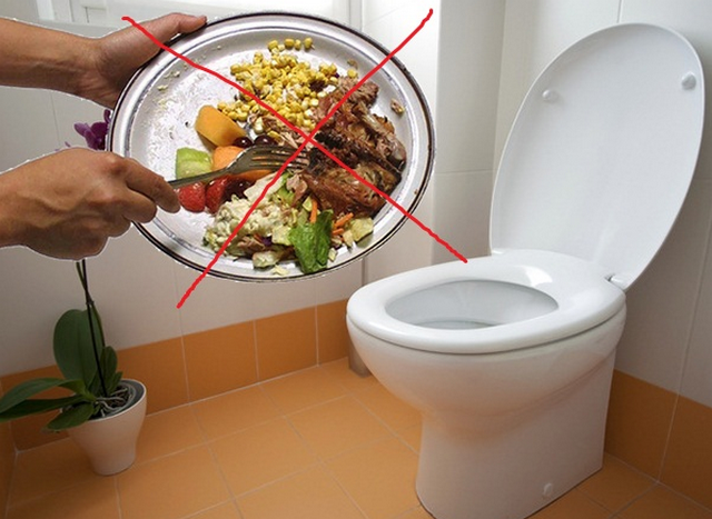 Đổ thức ăn thừa vào bồn cầu, nguyên nhân hàng đầu làm tắc nghẽn bồn cầu